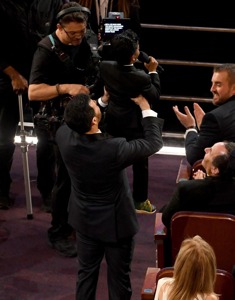 """Jimmy Kimmel i Sunny Pawar naśladują scenę z """"Króla Lwa"""" /Kevin Winter /Getty Images"""