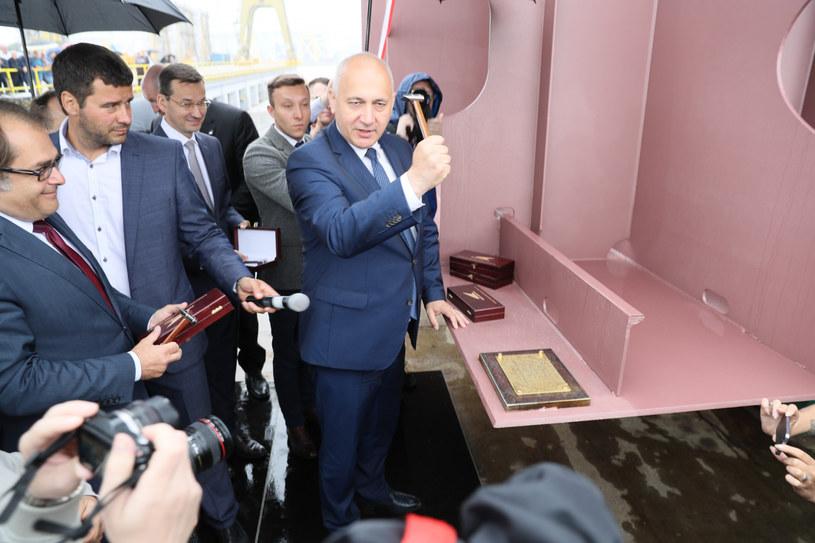 Joachim Brudziński wbija stępkę pod budowę portu w Szczecinie /Robert Stachnik /Reporter