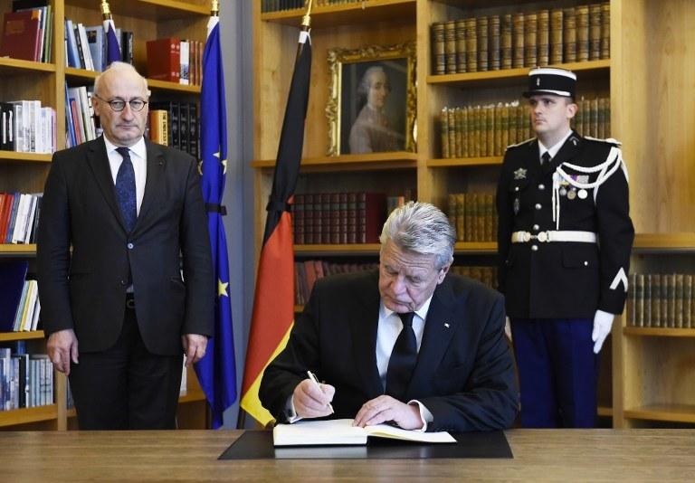 Joachim Gauck był w ambasadzie Francji /AFP