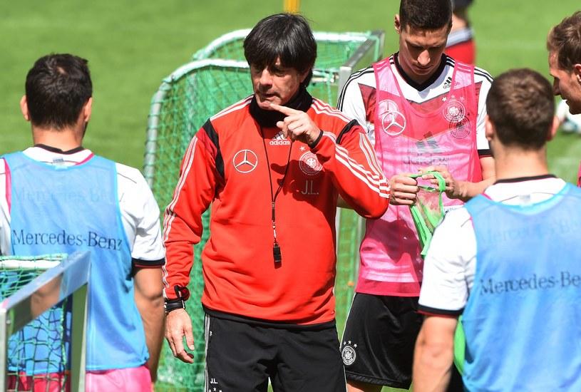 Joachim Loew (czerwona bluza) z reprezentantami Niemiec /AFP