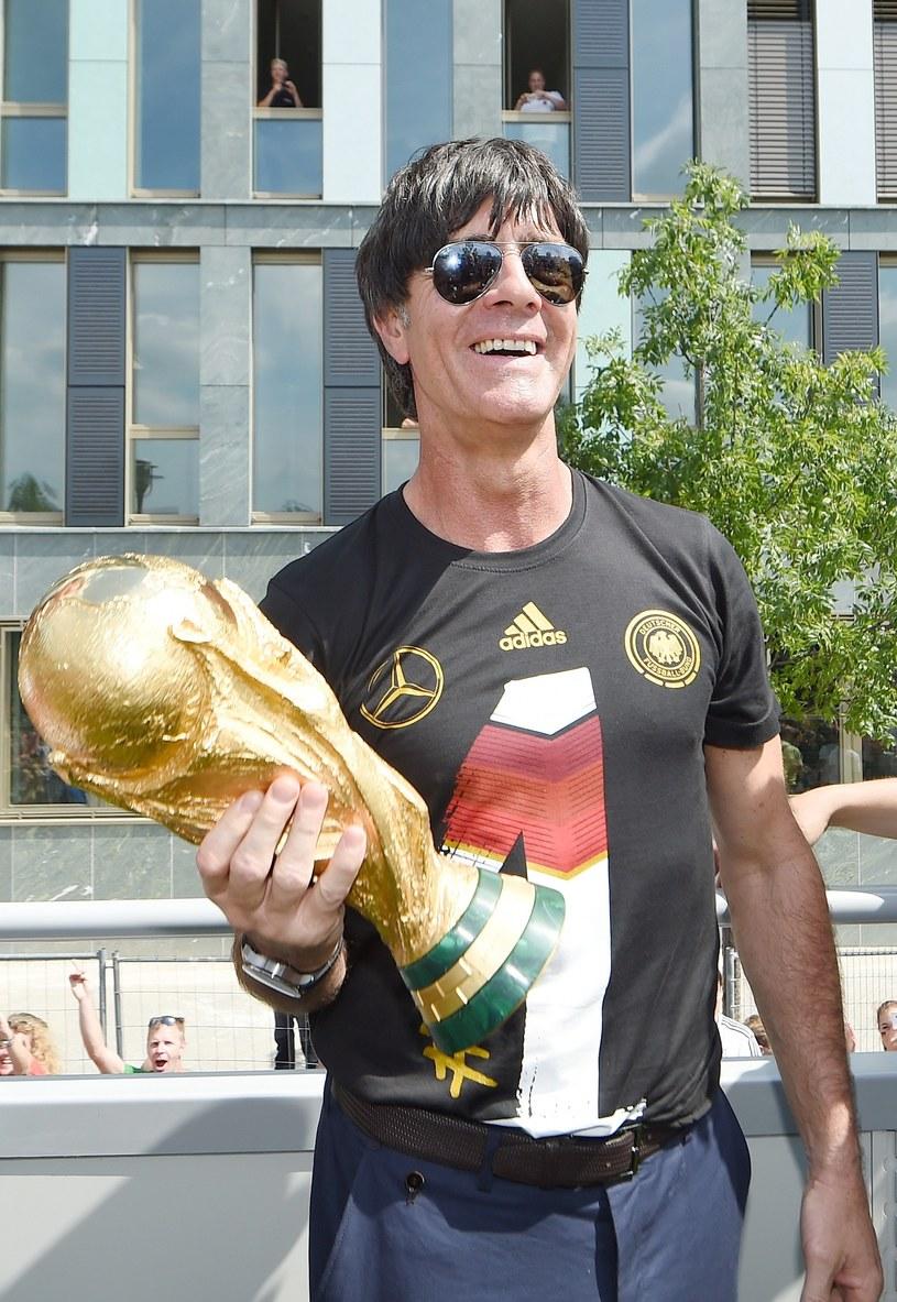 Joachim Loew z Pucharem Świata /AFP