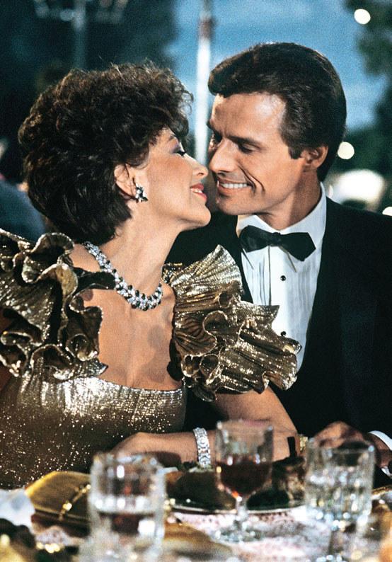 Joan wspomina, że dokuczała Michaelowi na planie, bo zarabiał... jedynie 40.000 $ za odcinek /Świat Seriali