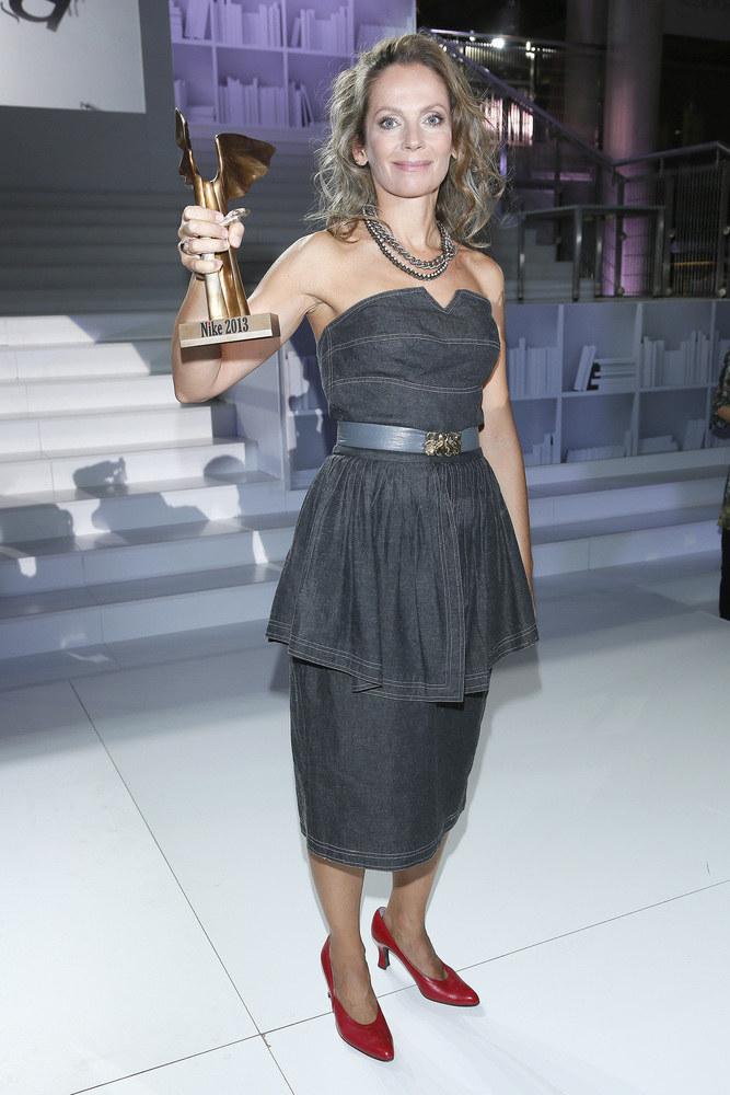 Joanna Bator, laureatka nagrody Nike, wystąpiła na finałowej gali w sukni z gołymi ramionami /AKPA