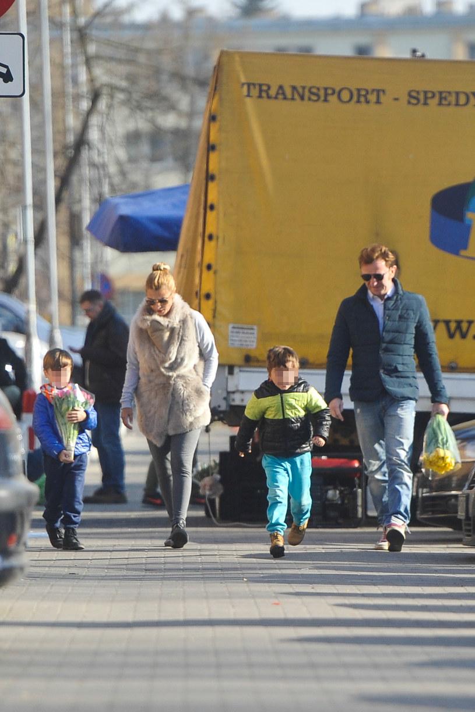 Joanna Brodzik z synami i Pawłem Wilczakiem /Foto IP