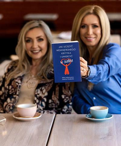 Joanna Godecka oraz Alina Adamowicz prezentują swoją książkę /materiały prasowe