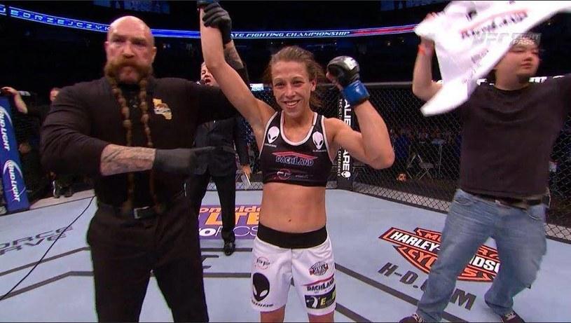 Joanna Jędrzejczyk (w środku) po wygranej w pierwszej walce w UFC /UFC/Facebook /