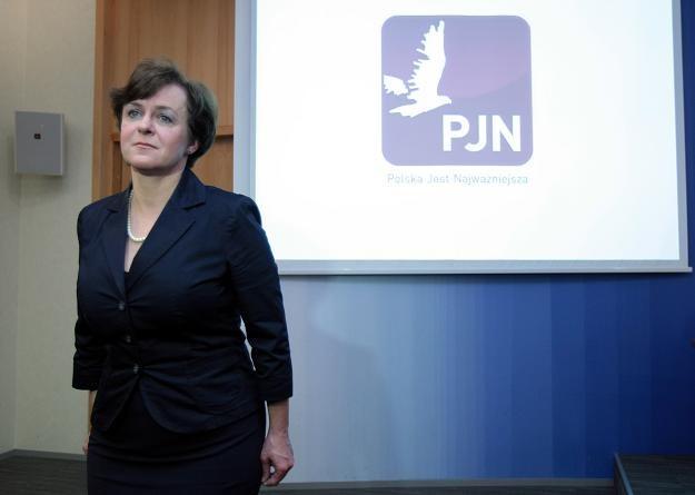 Joanna Kluzik-Rostkowska i logo PJN, fot. Leszek Szymański /PAP