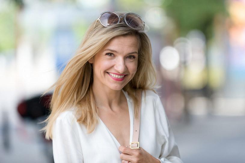 """Joanna Koroniewska aktywnie promuje akcję """"Kwiat Kobiecości"""", która skupia się na profilaktyce raka szyjki macicy. Zachęca Polki do regularnych badań i profilaktyki. /Artur Zawadzki /East News"""