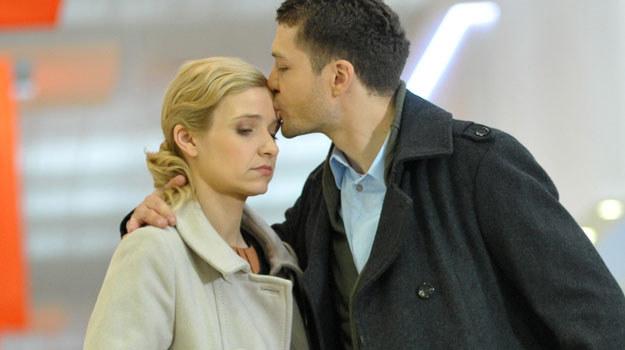 """Joanna Koroniewska (Gosia) i Andrzej Młynarczyk (Tomek) na planie """"M jak miłość"""" /- /Agencja W. Impact"""