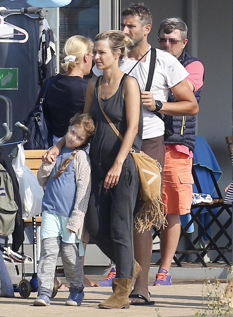 Joanna Koroniewska i Maciej Dowbor z córką /Newspix