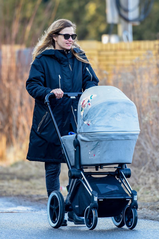 Joanna Koroniewska na spacerze /Newspix