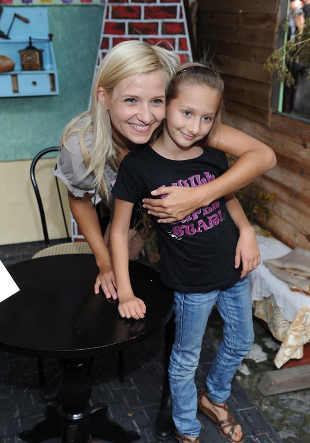 Joanna Koroniewska z małą fanką na Festiwalu Filmów Komediowych w Lubomierzu. /MWMedia