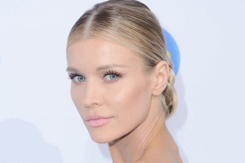 Joanna Krupa wybrała proste eleganckie upięcie. Dzięki zaskakującemu pomysłowi jej fryzura zrobiła furorę /Jarosław Antoniak /MWMedia