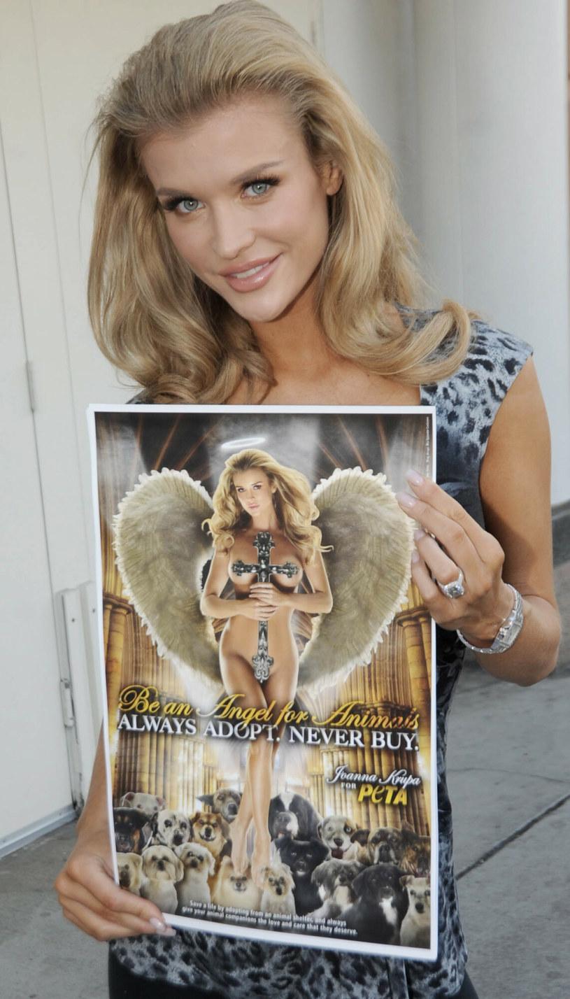Joanna Krupa z plakatem kampanii PETA w 2009 roku. /Splashnews /East News