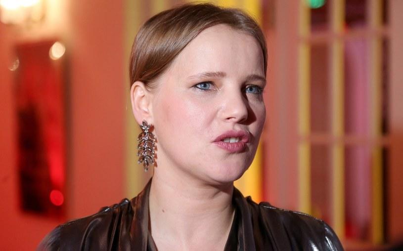 Joanna Kulig dba o detale. Do prostych stylizacji wybiera ekscentryczną biżuterię /Pawel Wrzecion /MWMedia