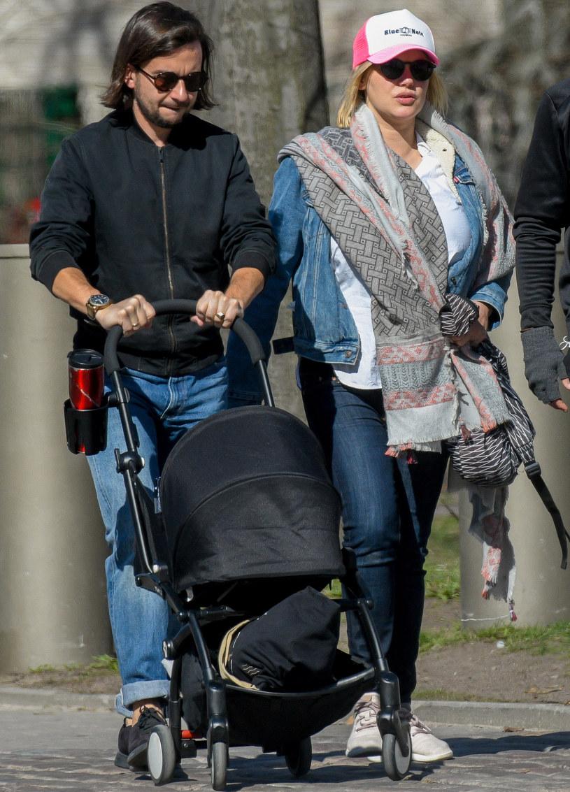 Joanna Kulig z mężem i dzieckiem /Newspix
