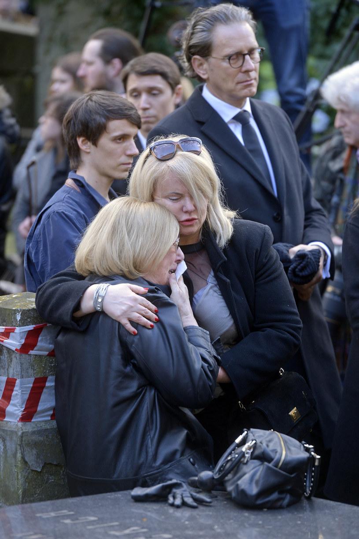 Joanna Kurowska na pogrzebie Wojciecha Młynarskiego pociesza siostrę zmarłego /Piętka Mieszko /AKPA