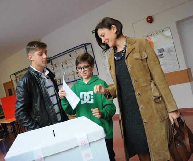 Joanna Mucha z synami podczas wyborów parlamentarnych 2011, fot.Seweryn Ożóg  /East News