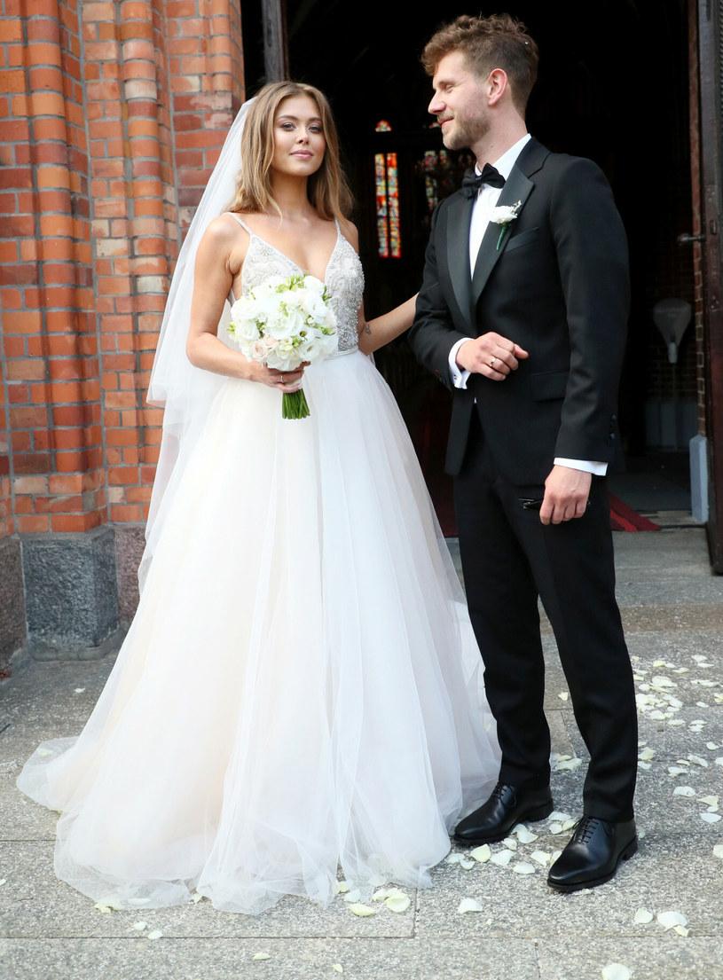 Joanna Opozda i Antoni Królikowski w dniu ślubu zachwycili gości. Lecz spojrzenia zebranych nie spoczywały tylko na nich! /Piotr Molecki /East News