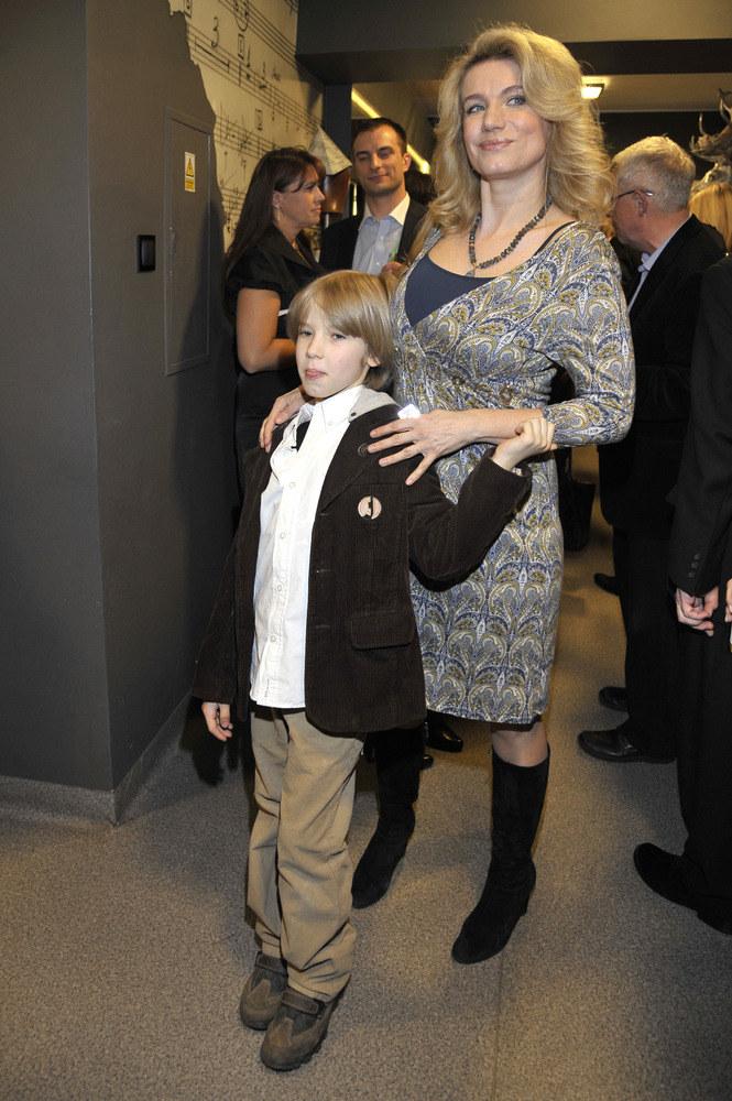 Joanna Trzepiecińska ma dwóch synów. Na zdjęciu z 9-letnim Wiktorem  /Andrzej Engelbrecht /AKPA