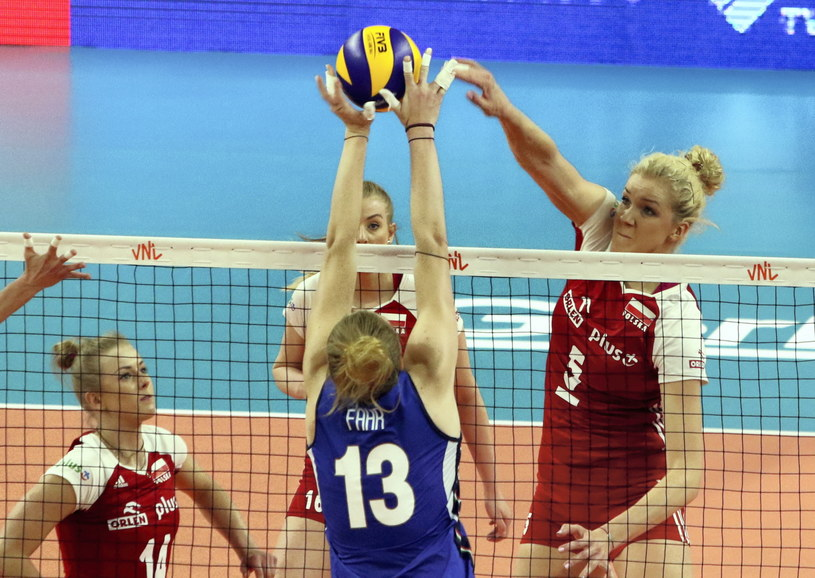 Joanna Wołosz (z lewej) w meczu z Włoszkami w Opolu /Krzysztof Świderski /PAP