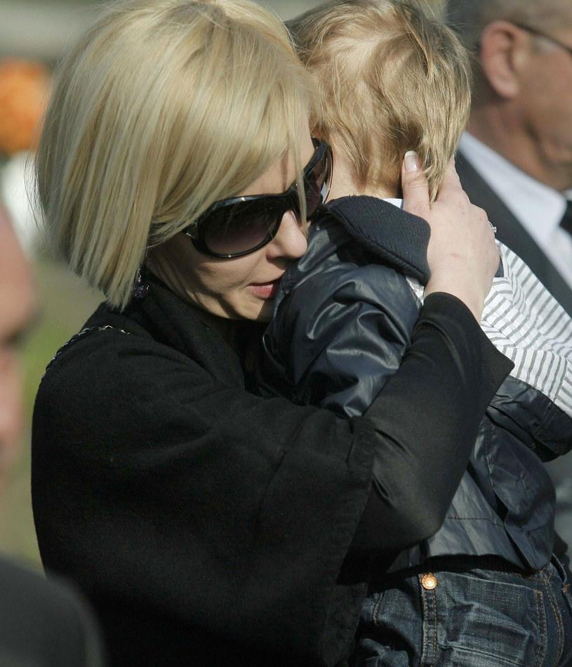 Joanna z synkiem w dniu pogrzebu Pawła Janeczka /- /East News