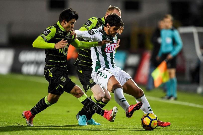 Joao Amaral (przy piłce) w meczu ze Sportingiem Lizbona. /AFP