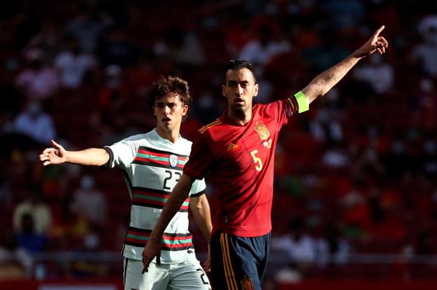 Joao Felix i Sergio Busquets w trakcie meczu towarzyskiego Hiszpania - Portugalia /KIKO HUESCA /PAP/EPA