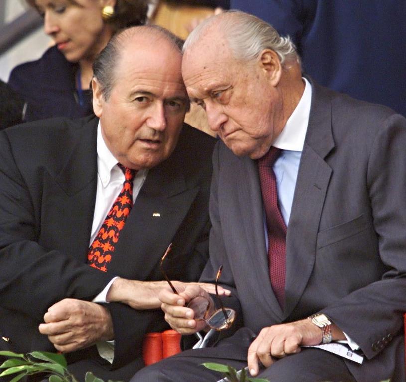 Joao Havelange (z prawej) był w latach 80. i 90. wszechpotężnym szefem FIFA. Obok Sepp Blatter, ówczesny sekretarz generalny, potem też prezydent /AFP