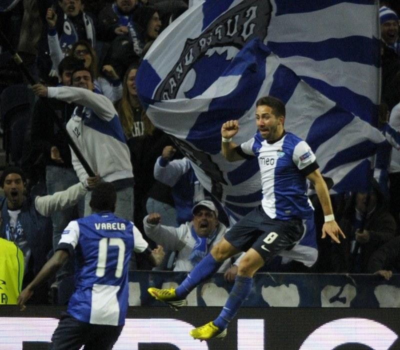 Joao Moutinho fetuje zdobycie gola dla FC Porto w meczu z Malagą /AFP