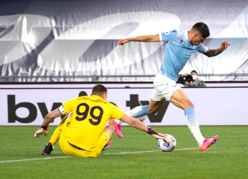 Joaquin Correa ogrywa Gialnuigiego Donnarummę przy golu na 1-0 /PAP/EPA