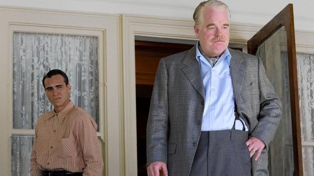 """Joaquin Phoenix i Philip Seymour Hoffman w scenie z filmu """"Mistrz"""" /materiały dystrybutora"""