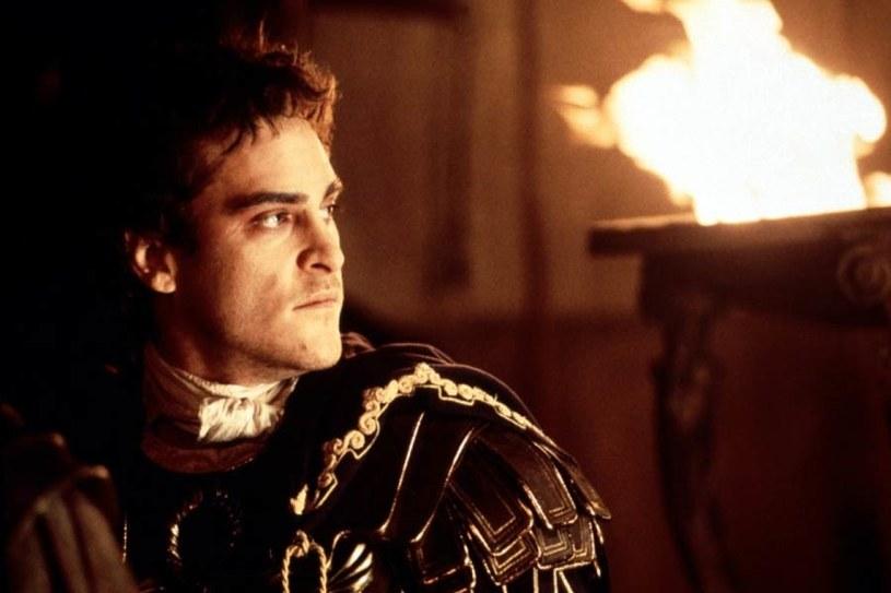 """Joaquin Phoenix jako Kommodus w """"Gladiatorze"""" (2000) /materiały dystrybutora"""