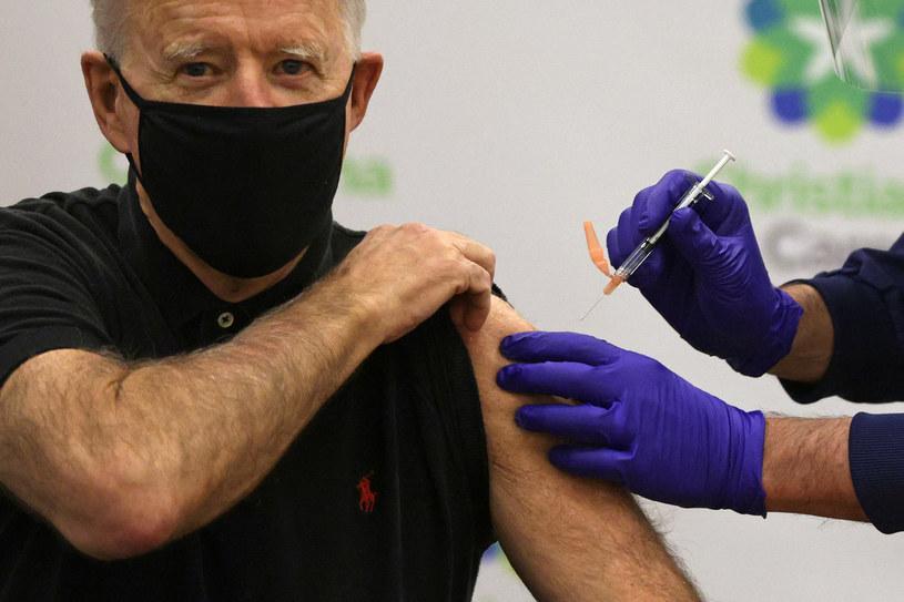 Joe Biden podczas szczepienia /AFP