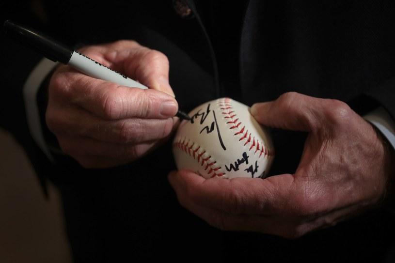 Joe Biden podpisuje piłkę basbeballową dla wyborcy podczas spotkania w kampanii wyborczej w Ottumwa, Iowa /Scott Olson /AFP