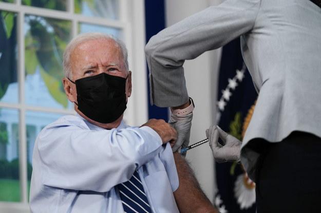 Joe Biden przyjął trzecią dawkę szczepionki przeciw Covid-19 /KEN CEDENO / POOL /PAP/EPA