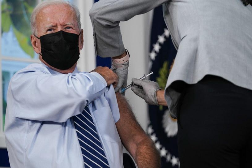Joe Biden przyjął trzecią dawkę szczepionki /KEN CEDENO / POOL /PAP/EPA