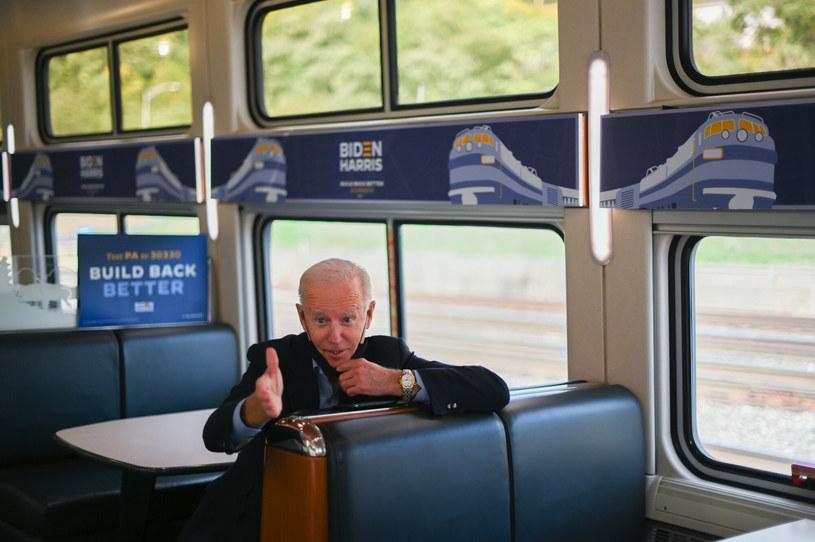 Joe Biden w pociągu jadącym do Pittsburga podczas kampanii prezydenckiej w 2020 r. /ROBERTO SCHMIDT /AFP