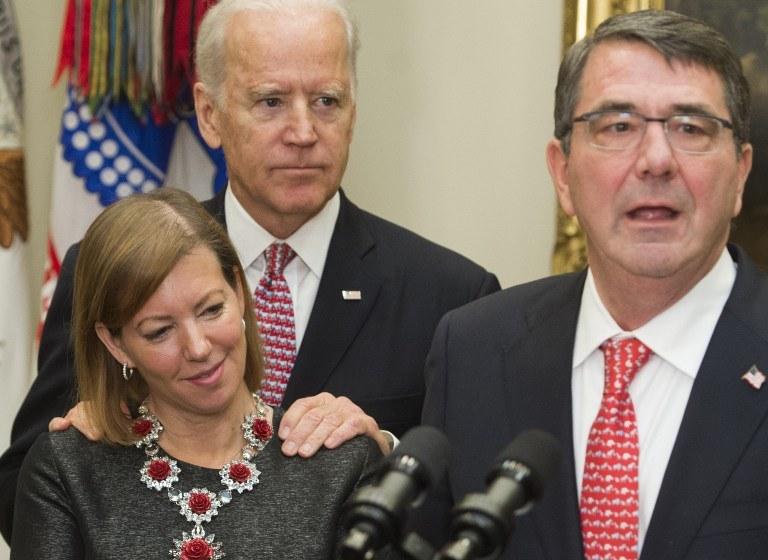 Joe Biden z rękami na ramionach żony Cartera /AFP
