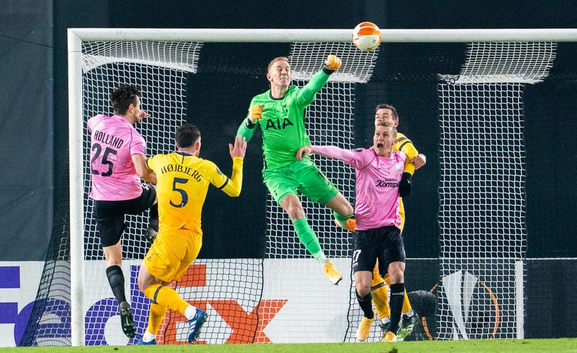 Joe Hart piąstkuje piłkę w starciu z LASK Linz /GEORG HOCHMUTH / APA / AFP /AFP