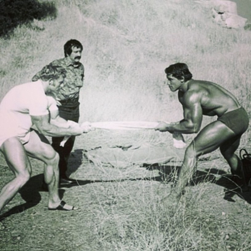 Joe Weider trenuje Arnolda Schwarzeneggera (z prawej) /East News