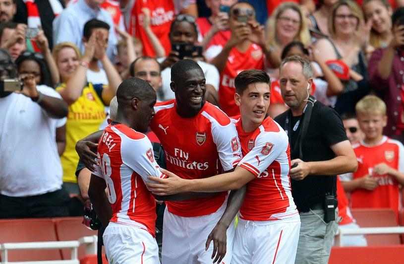 Joel Campbell (z lewej), Yaya Sanogo (w środku) i Hector Bellerin cieszą się po golu dla Arsenalu /PAP