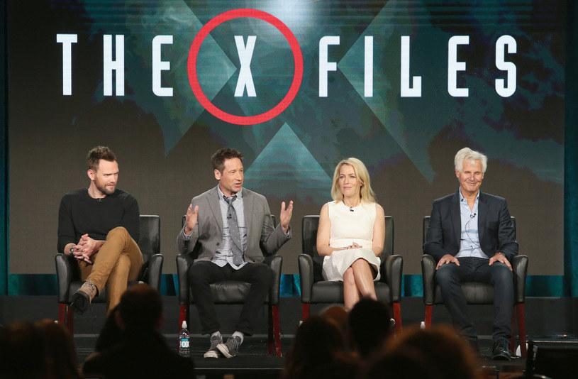 """Joel McHale, David Duchovny, Gillian Anderson oraz Chris Carter opowiadają o nowych odcinkach """"Z Archiwum X"""" /Frederick M. Brown /Getty Images"""