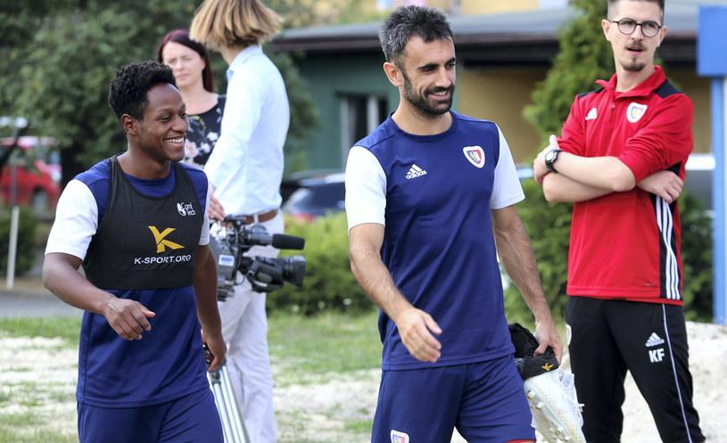 Joel Valencia (z lewej) i Gerard Badia przygotowują się do spotkania z Riga FC / PAP/Andrzej Grygiel /PAP