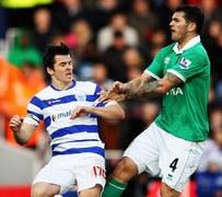Joey Barton z QPR w starciu z Bradleyem Johnsonem