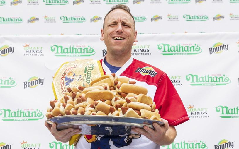 Joey Chestnut, amerykański mistrz w sztuce szybkiego pochłaniania hot dogów /PAP/EPA/Justin Lane /PAP