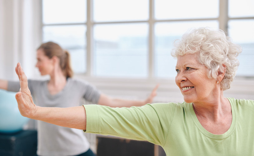 Joga jest dobra dla osób właściwie w każdym wieku /123RF/PICSEL