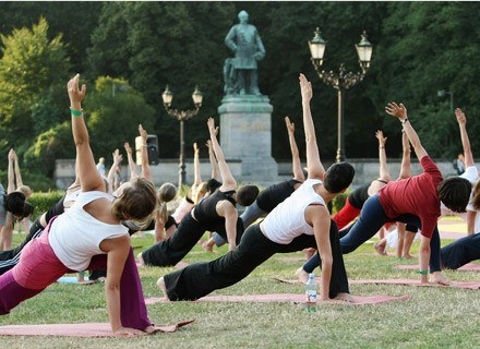 Joga w Parku - otwarte spotkania z jogą na świeżym powietrzu /Getty Images/Flash Press Media