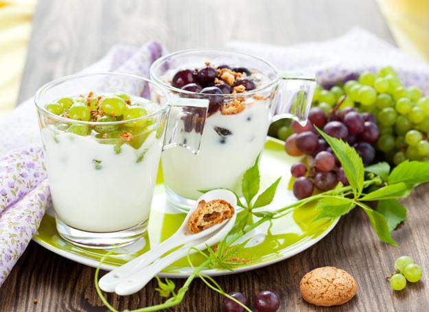 Jogurt dobrze wpływa na florę bakteryjną, która wyścieła jelita i chroni organizm przed chorobotwórczymi zarazkami /Picsel /123RF/PICSEL