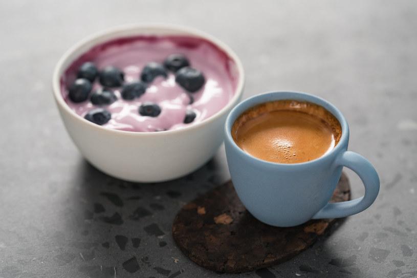 Jogurt i kawa spożywane na pusty żołądek mogą zaburzyć metabolizm /123RF/PICSEL
